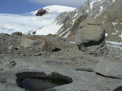 Na čele lávového proudu u nejmladšího kráteru Bart Kort asi 3950 m
