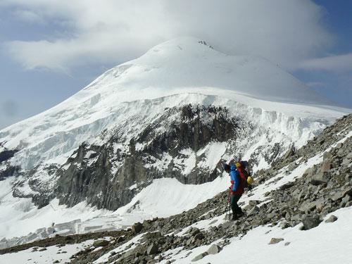 estup z kazbeckého plata hřebenem Bart Kort pod odtrhy ledovce Devdorak - Pohled na vrchol Kazbeku od severu