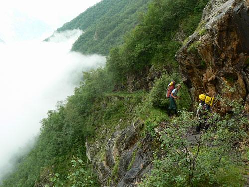 Kavkazskými pralesy po staré těžařské cestě. Tudy se na hřbetech koní a oslů transportovala na konci 19. století měděná ruda k silnici do údolí Těreku