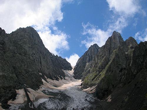 Doleritové Čauchi – gruzinské Dolomity, vpravo Čauchi severnaja 3842 m – od JV