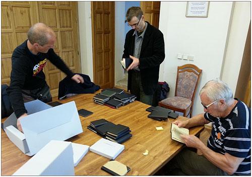 V badatelně Státního okresního archivu v Děčíně třídí, kontrolují a kategorizují zrenovované vrcholové knížky zleva předseda OVK Labské pískovce Jan Pleticha, archivář SOA Antonín Votápek a sedící Helmut Weigel