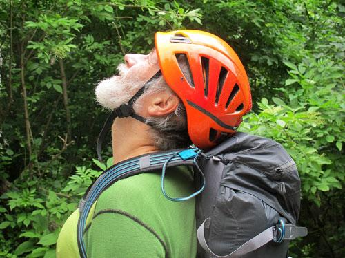 Při zaklonění hlavy se helma neposunuje. Tvrdší okraje nosného popruhu po delším čase trochu řežou.
