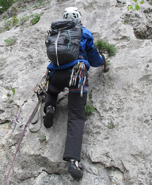 Batoh při lezení kolmou stěnou