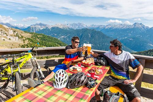 Val di Fiemme - Rifugio Passo Feudo - Ciclisti si rilassano in rifugio
