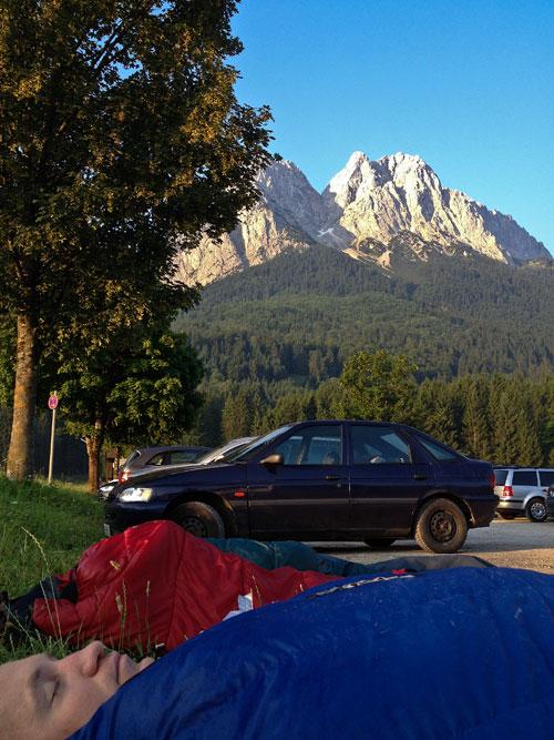 V Hammersbachu na parkovišti. Vzadu masiv Zugspitze