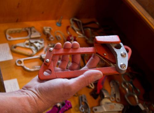 Překližková maketa šplhadla s palcem zatěžovaným vahou lezce