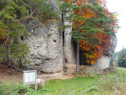 Hlavní pohled na oblast Weißenstein - po levé straně jednoduché cesty, v pravo převis s několika osmičkami