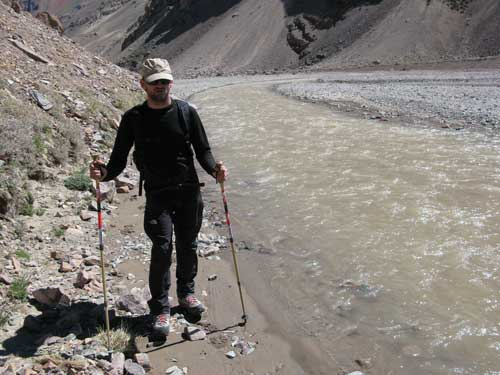 Cesta korytem řeky