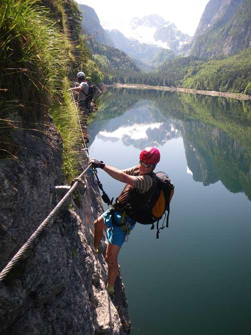 Michal nastupuje lehce převislým traverzem s krásným výhledem na Dachstein