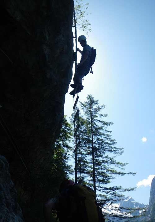 Provazovým žebříkem (Himmelsleiter) přecházíme do horní části stěny