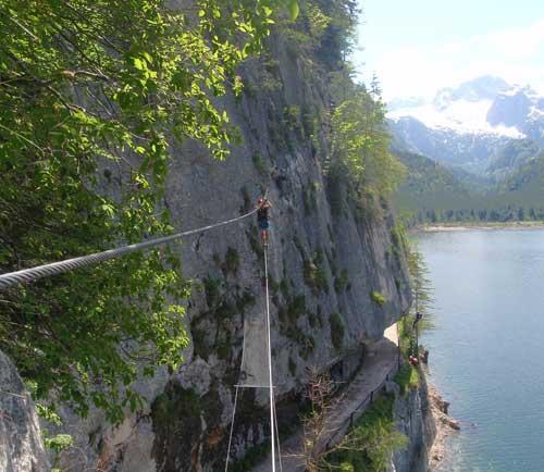 Psychicky náročný přechod po lanovém mostě nad cestou (Seilbrücke)