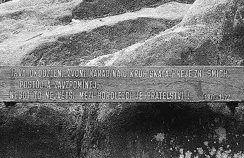 Motto na symbolickém hřbitově ve Skaláku je od Chrousta, kruh se uzavřel...
