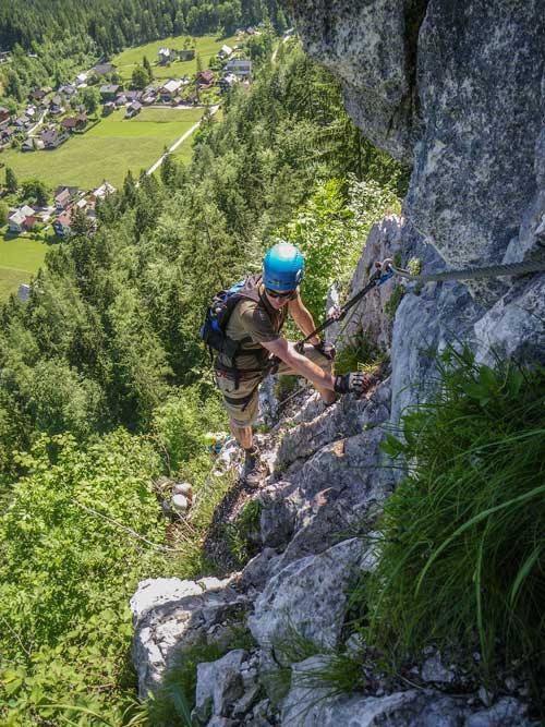 Kletersteig Echernwand - Sam cestou stíhá výhledy po krajině u Hallstattského jezera