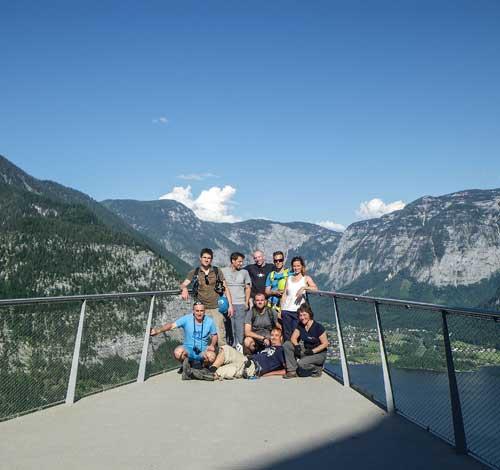 Kletersteig Echernwand - Vyhlídková plošina za restaurací a účastníci kempu Salewa