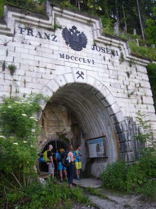Kletersteig Echernwand - Na sestupu míjíme 150 let starou štolu Kaiser Franz Josef I. na těžení soli