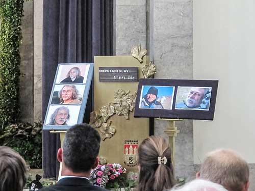 Připomínkové tablo s fotkami od Standy Vaňka
