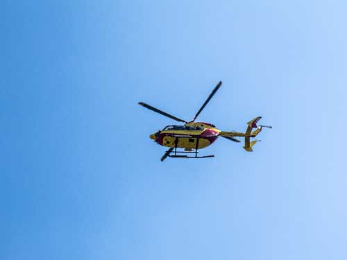 Vrtulník rachotí nad námi