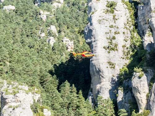 Vrtulník zkoumá terén
