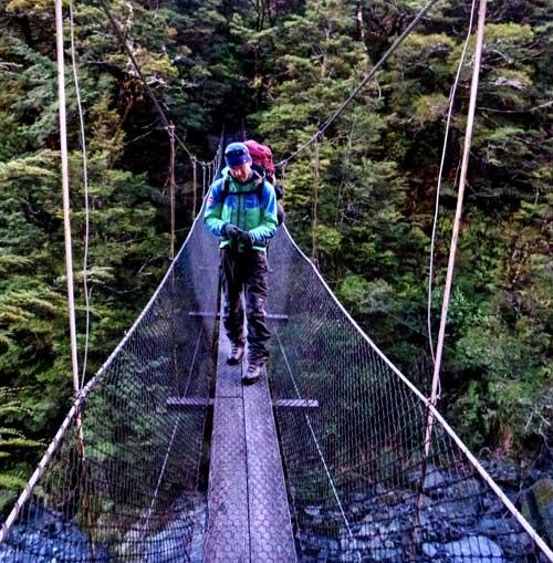 Most přes burácející řeku se houpá do rytmu vašich kroků