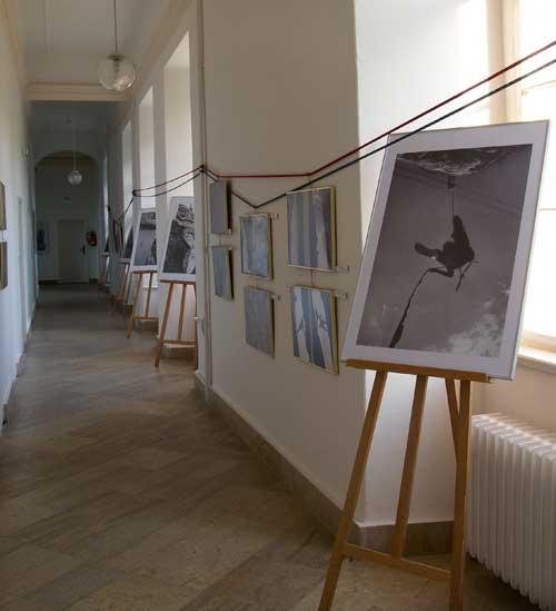 Výstava fotek Bohouše Svatoše v zámecké chodbě
