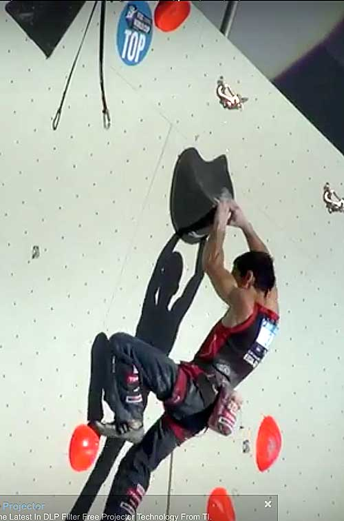 Ramón drží poslední dvojchyt oběma rukama a z něj skáče k topu