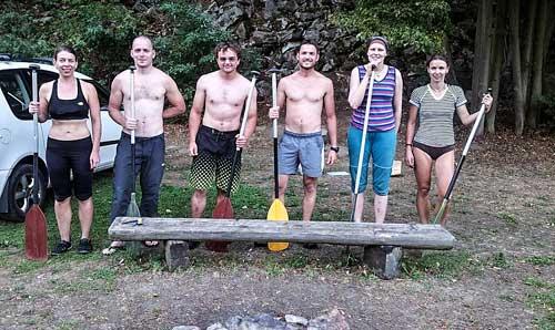 Budoucí bedny v kategorii smíšená, muži a ženy na startu největšího vodáckého výkonu