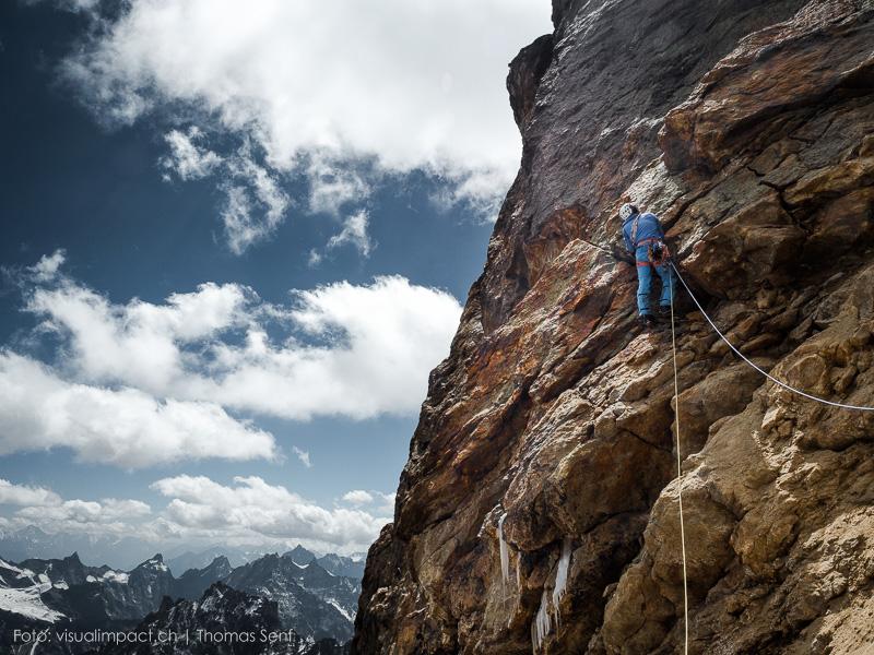 Stephan Siegrist při prvovýstupu na Bhalu, jedna z mála napůl kompaktních pasáží. Většina této hory krásného tvaru je velmi nestabilní. I tak se Stephanovi s druhy podařil prvovýstup 13.9.2015