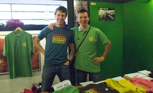 Návštěvníky vítá ředitel v roli prodejce triček