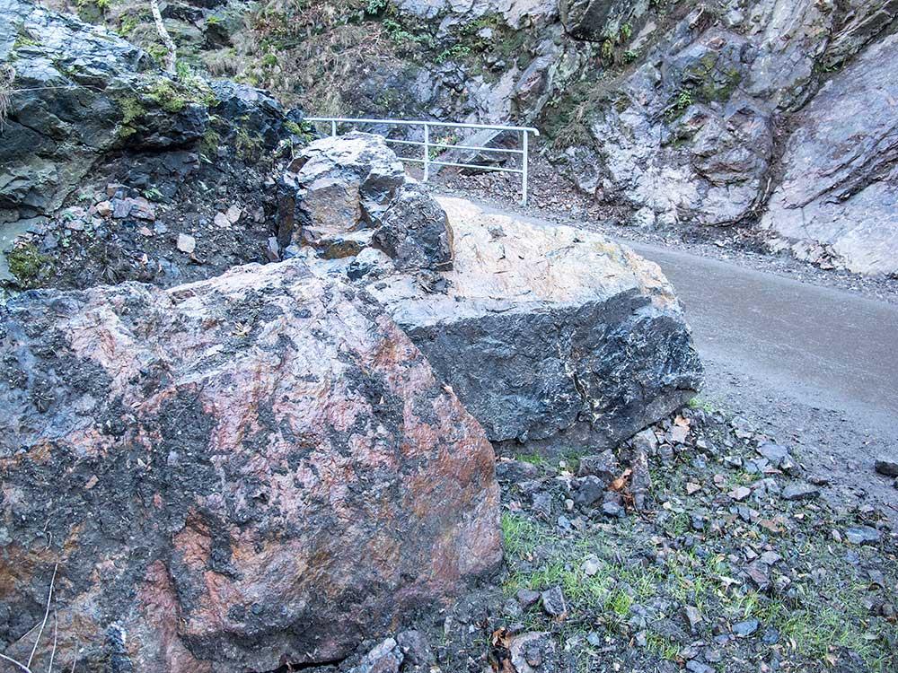 Zbytky Pilíře ležící u cesty