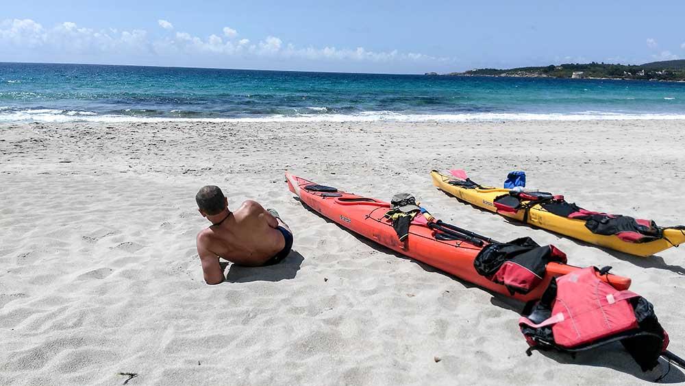 Siesta na pláži a príprava na návrat, keďže poobedné vlny sa stále viac zväčšovali