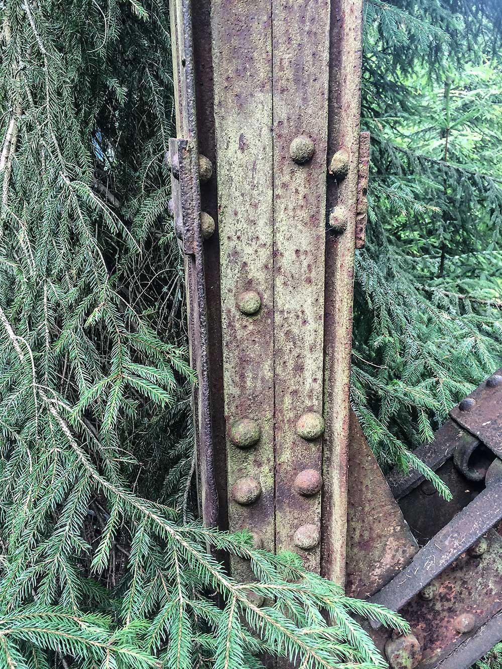 Stará ocel pomalu splývá s přírodou