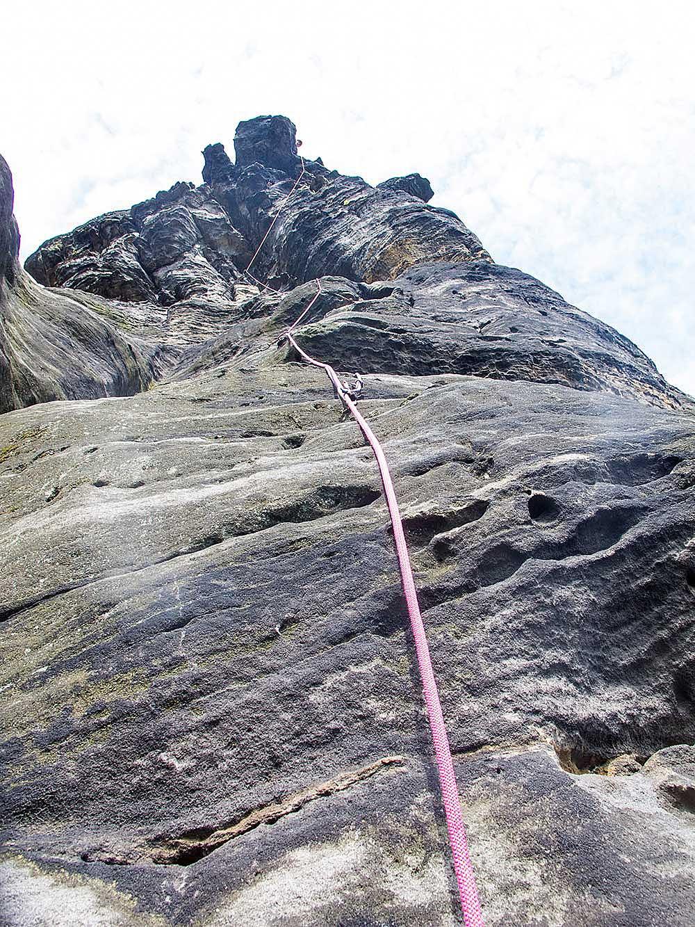 Jako druholezec mám cestu mnohem lehčí, lano jde nahoru