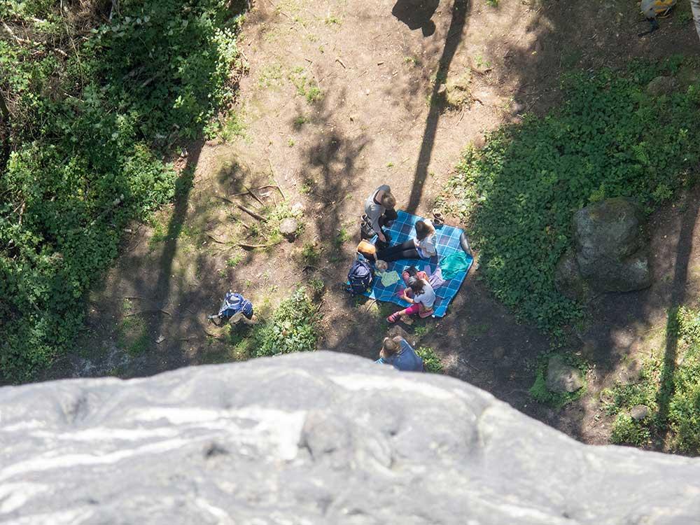 Dole se mezitím objevila rodinka, která se chystá také na lezení