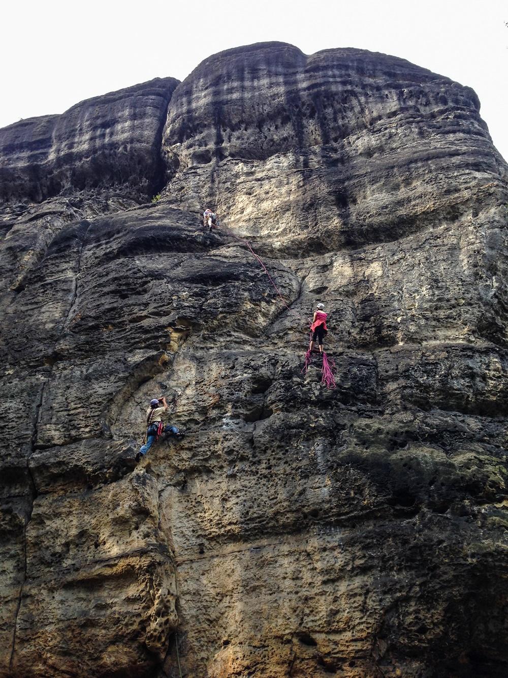 Excelsiorweg úpí pod českým náporem ... zatím co velezkuší valí hore vstříc jeskyňářskému zážitku, tak Capo di tutti capi všech českých registrovaných lezců zkouší soudržnost místního písku v traverzu.