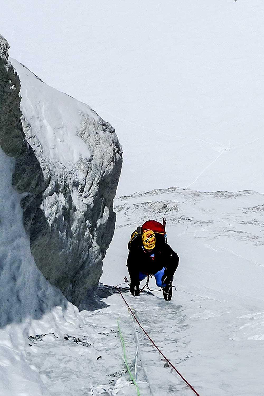 Kus ledíku v zúženém sifonu horní části kuloáru…