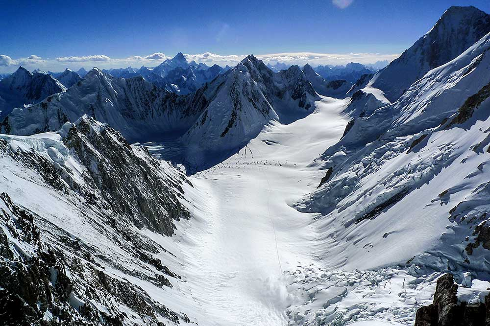 Úžasný výhled na západní Karákóram s téměř osmikilometrovou dominantou Masherbrumu.