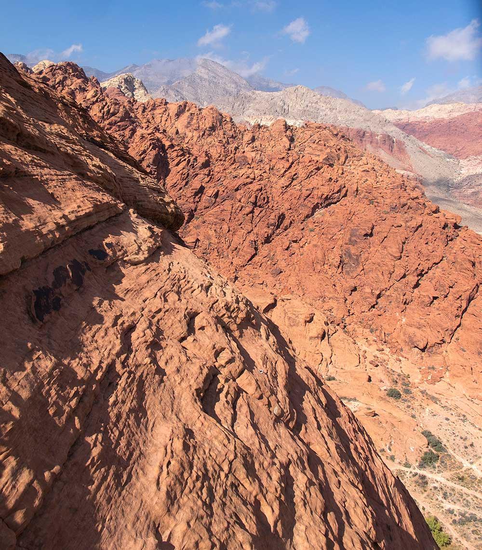 Červené pískovce v Caliso basin, v pozadí vápencové hory