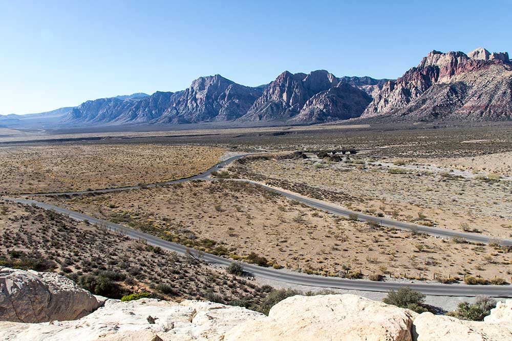 Scenic drive v poušti pod horami