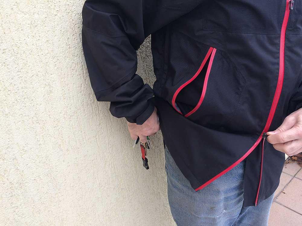 Když chcete pro klíče, je třeba rozepnout hlavní zip odspodu