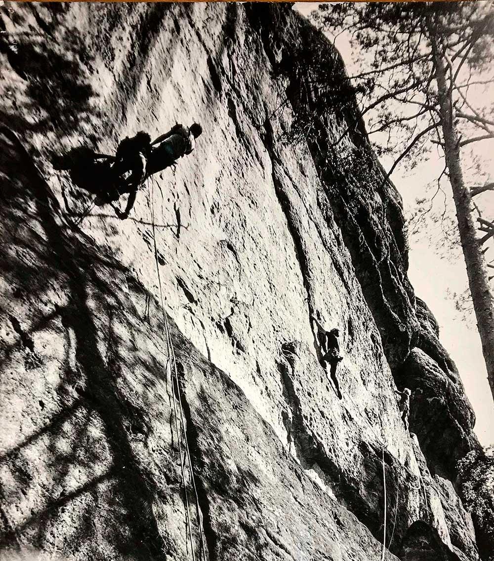 Jižní stěna Schwarzes Hornu. Vlevo Ivoš a Pavel Novák na Gedenkweg 67, uprostřed Petr Jandík pod 1. kruhem Zugzwangu, vpravo Dáša Kropáčková v Gamsenwandu.