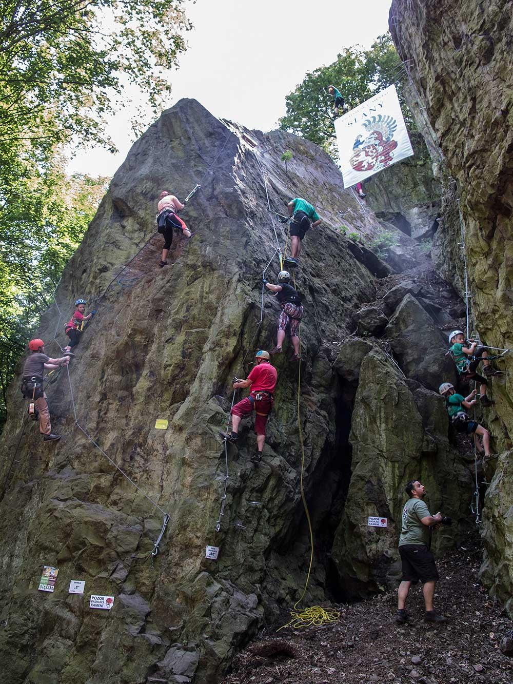 Uprostřed visí padlá ferratistka, Roman Kozelka připravuje záchranu