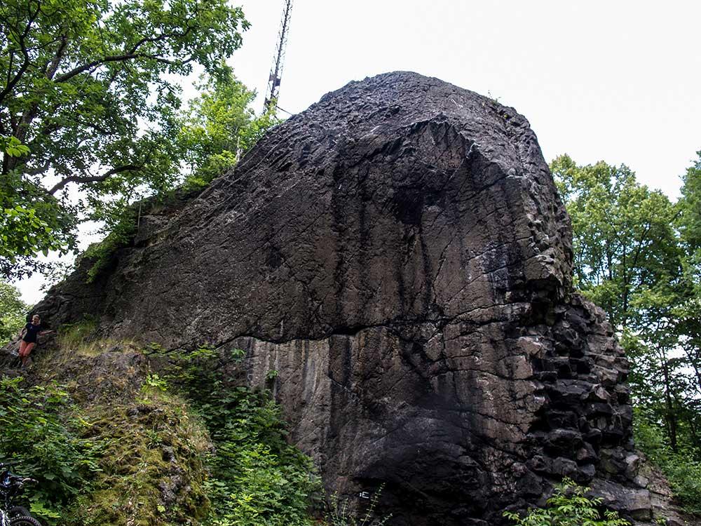 Východní stěna nad ohništěm