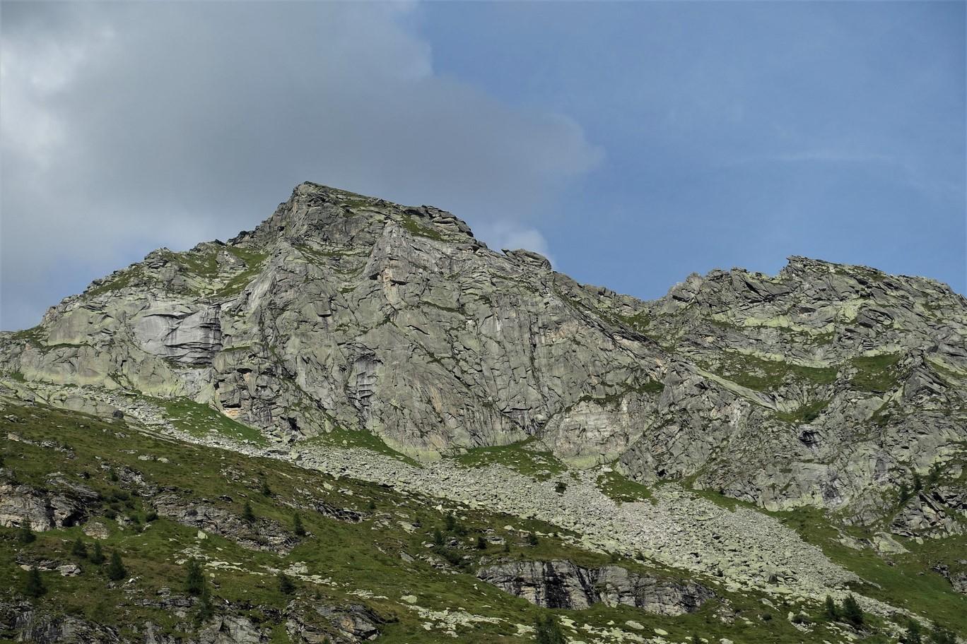 Sereno Variable začíná ve spádnici vrcholu, v nejvyšší části travnatého vhloubení, Liberty vpravo, tam kde končí tráva