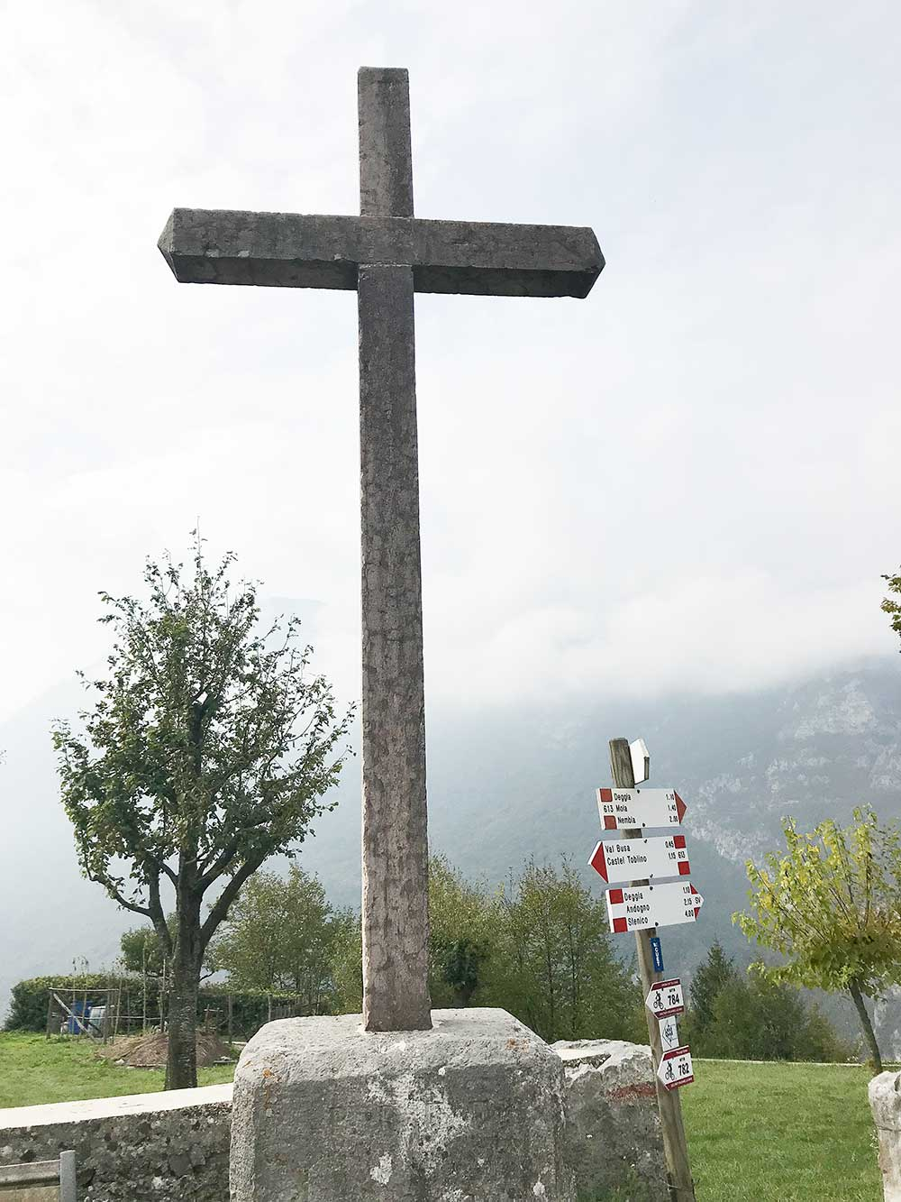 U kříže začíná cesta ke skalám