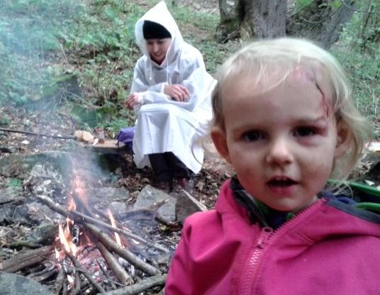 Zátiší s tekutým neoprénem, pláštěnkou a dítětem matky roku.