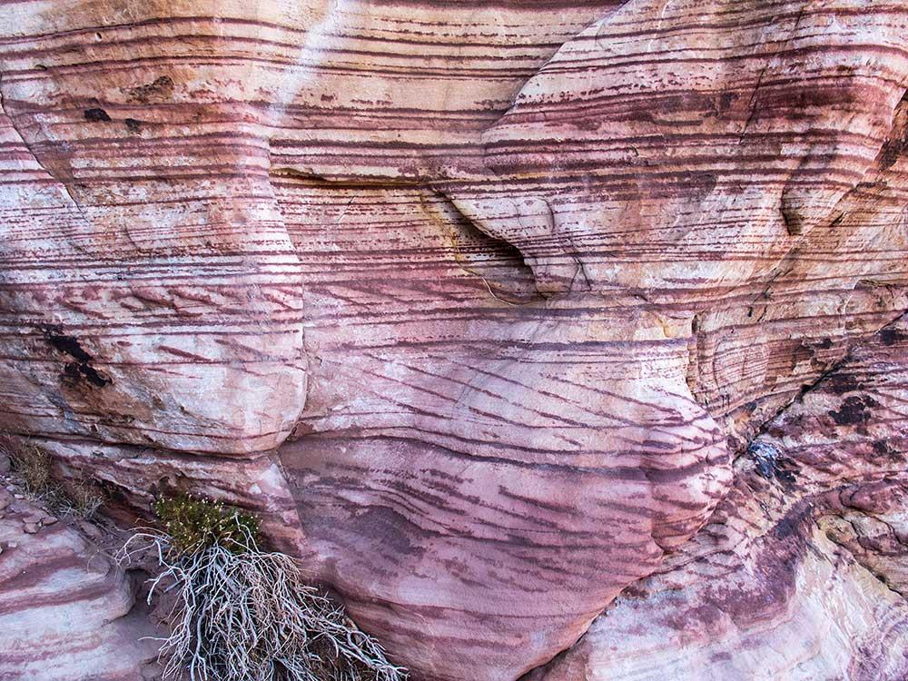 Caliban, přírodou zdobený pískovec ve spodní části