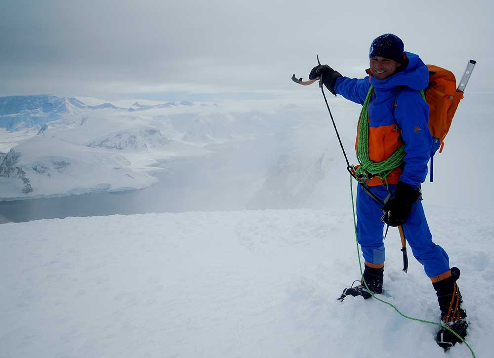 Támhle v dálce je Monte Samila. Pohled z vrcholu Monte Pižďuch