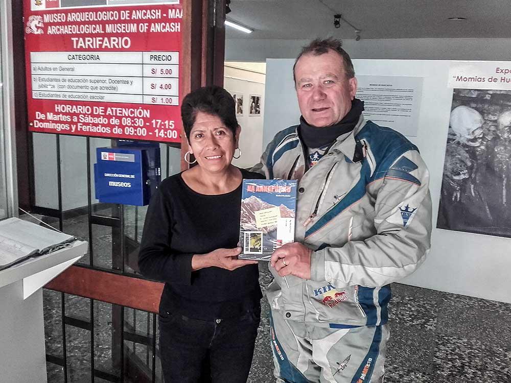 Předání knihy Vladimíra Procházky v muzeu Andino