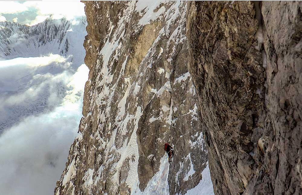 Gasherbrum I, štítová bariéra ve výšce 7900 m.