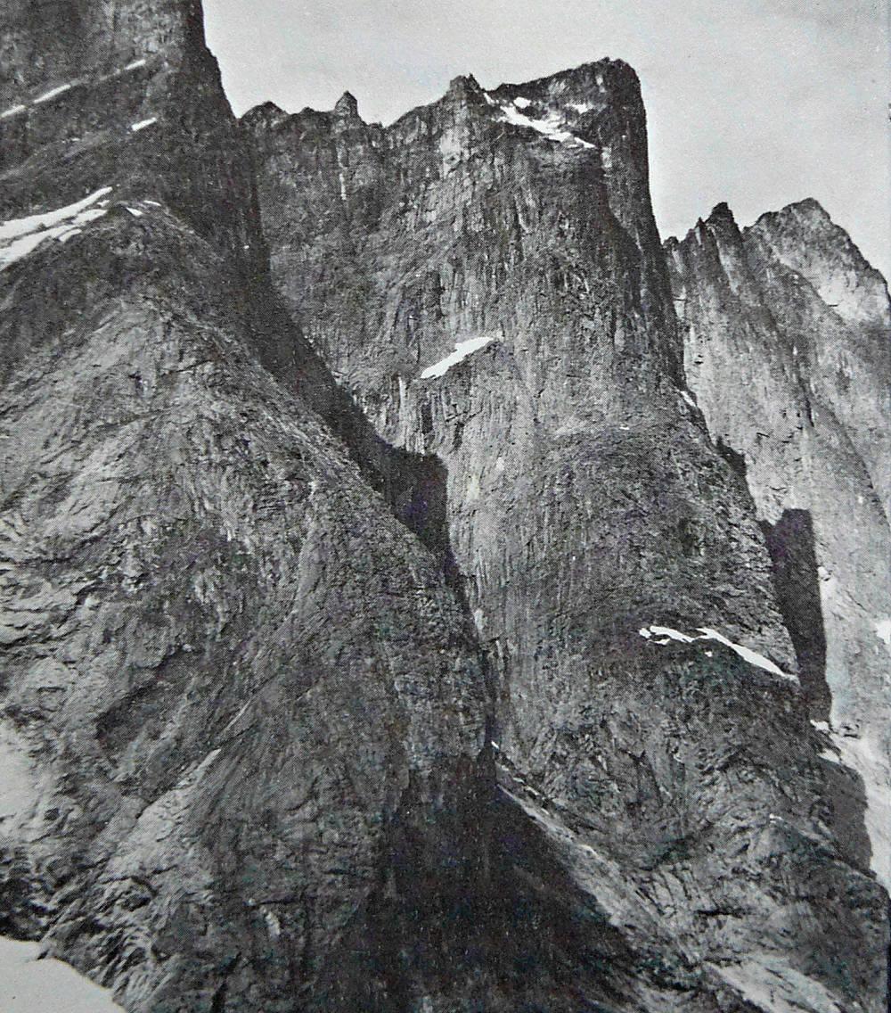 Východní pilíře S. Strolltindu a Trollryggenu od JV